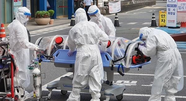152일 만에 확진자 30명이 나온 30일 오후 대구 중구 삼덕동 경북대학교 본원 응급실 앞에 신종 코로나바이러스 감염증(코로나19) 확진자가 이송되고 있다. [사진제공=연합뉴스]