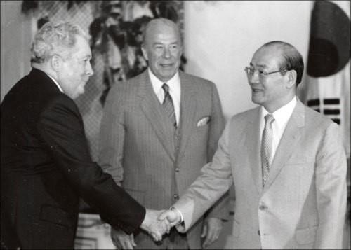 전두환 대통령을 예방하는 리처드 워커 주한미국대사.