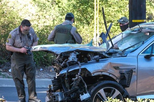 LA경찰이 타이거우즈 전복 차량(제네시스 G80 SUV)을 수색하고 있다. [AP=연합뉴스]