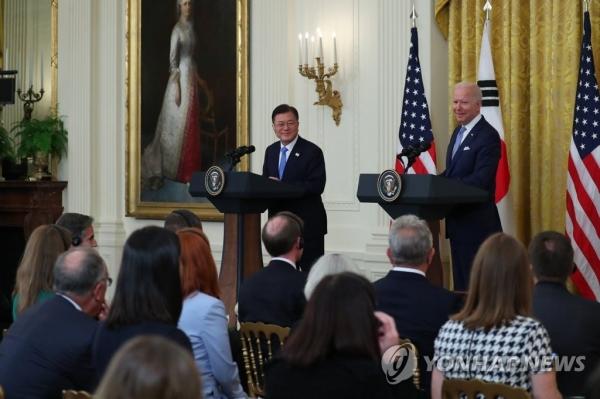 문재인 대통령이 21일 오후(현지시간) 한미 정상회담을 마치고 백악관 이스트룸에서 열린 정상 공동기자회견에서 바이든 미국 대통령의 발언을 듣고 있다. [출처=연합뉴스]